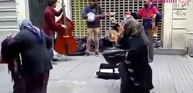 Mendil satan teyzelerin caz müziği eşliğinde dansı