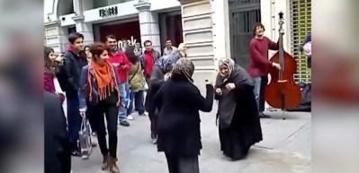 Mendilci teyzelerin dansı sosyal medyayı salladı