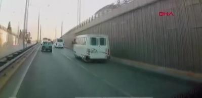 Midibüs ile otomobilin çarpışma anı kamerada