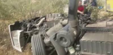 Midyat'ta otobüs ile kamyonet çarpıştı: 2 ölü, 7 yaralı