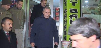 Milli Savunma Bakanı Akar, Hakkari'de esnaf ziyaretlerinde bulundu