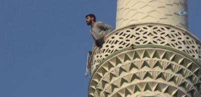 Minareye çıktı, vatandaşlara ateş açtı
