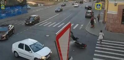 Motosiklet önce otomobile sonra kadına çarptı