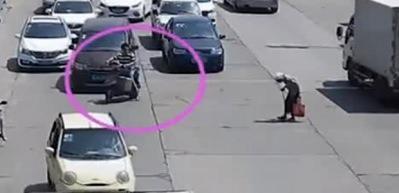 Motosikletiyle trafiği durdurdu yaşlı kadın geçti