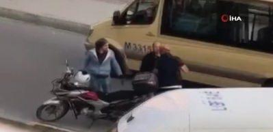 Motosikletli şahıs tartıştığı adamın başına kaskla vurdu