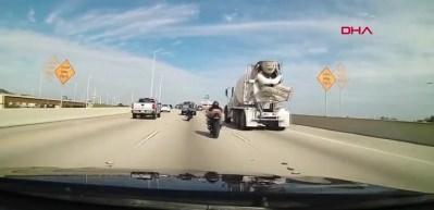 Kontrolü kaybeden motosikletli köprüden düştü!