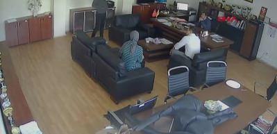 Müdür odasında öğrenciye saldırı kamerada!