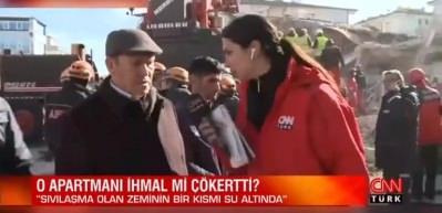 Muhabir, eline aldığı beton parçasının parçalandığını görünce şaşkına döndü