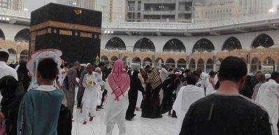 Müslümanlar tavaflarını yağmur altında yaptı