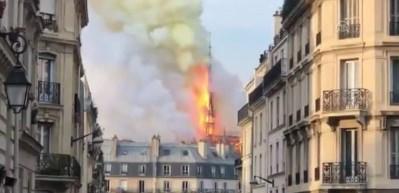 Notre Dame Katedrali'nde çatı böyle çöktü