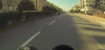 Önce motosiklet çarptı, ardından otomobil ezdi! Korkunç kaza kamerada