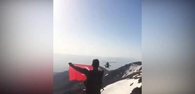 Operasyon sonrası ATAK helikopterinden şanlı bayrağa selam