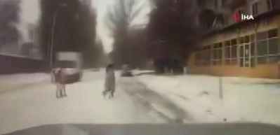 Otomobil 15 yaşındaki kıza çarptı: O anlar kamerada