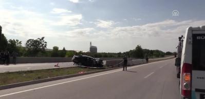 Otomobil bariyerlere çarptı: 3 ölü, 2 yaralı