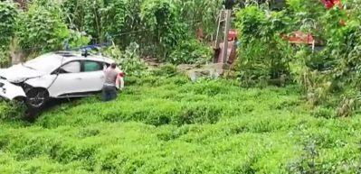 Otomobil çay bahçesine devrildi: 1 ölü
