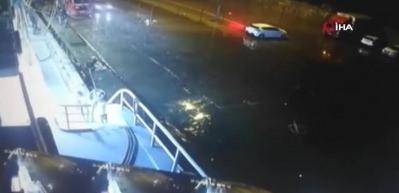 Otomobil denize böyle düştü