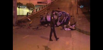 Otomobil direğe çarptı: 2 ölü, 1 yaralı
