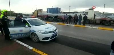 Otomobil park halindeki TIR'a çarptı: 2 ölü, 2 yaralı