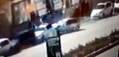 Otomobilin çarptığı yaya, park halinde bulunan aracın camından içeri girdi