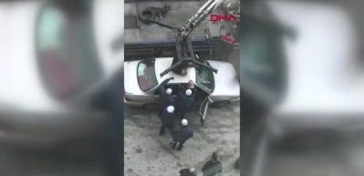 Otomobilini çektirmemek için üzerine çıktı