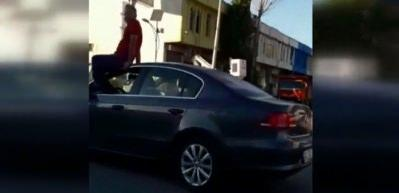 Otomobilini tavanında oturarak kullandı! Polis her yerde onu arıyor