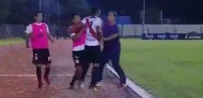 Oyundan alınan futbolcu hocasına saldırdı!