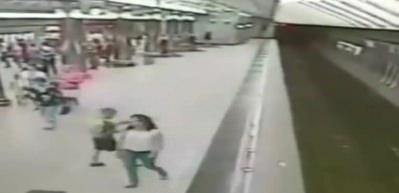 Telefona daldı, metro istasyonu vagonuna düştü!