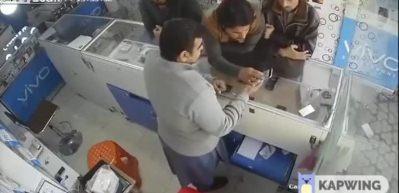 Pakistan'da 4 kişilik hırsızlık çetesi telefoncuyu soydu