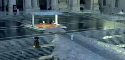 Papa boş meydana dua etti