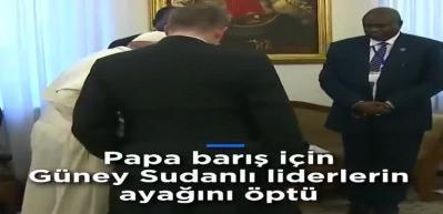 Papa Sudanlı liderlerin ayağını öptü