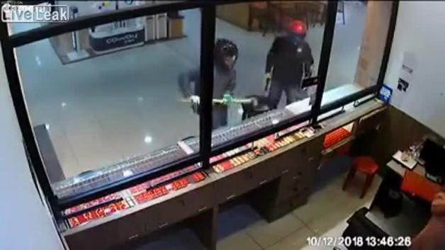 Hırsızlar camı kıramayınca, çalışan bakın ne yaptı