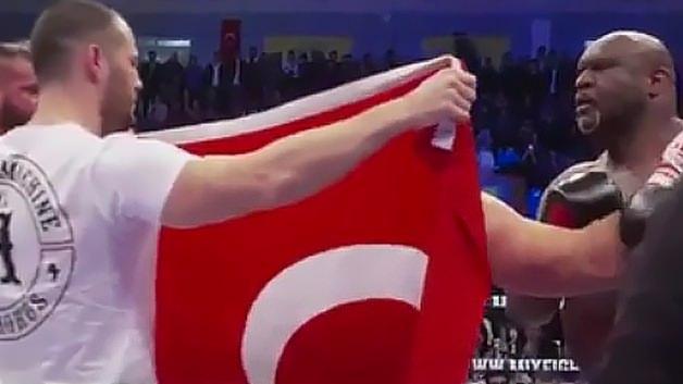 ABD'li dövüşçüye Türk bayrağını öptüren Atakan