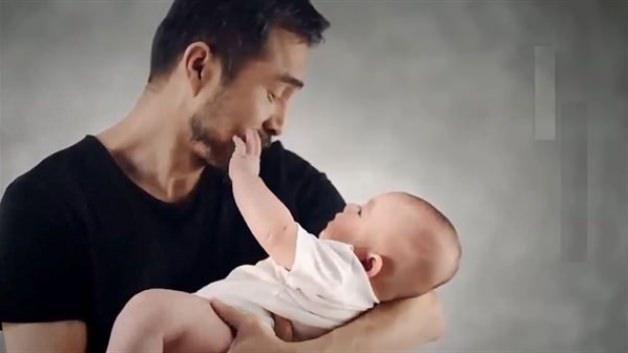 Annesinin kalbini taşıyan adama bebeğin tepkisi