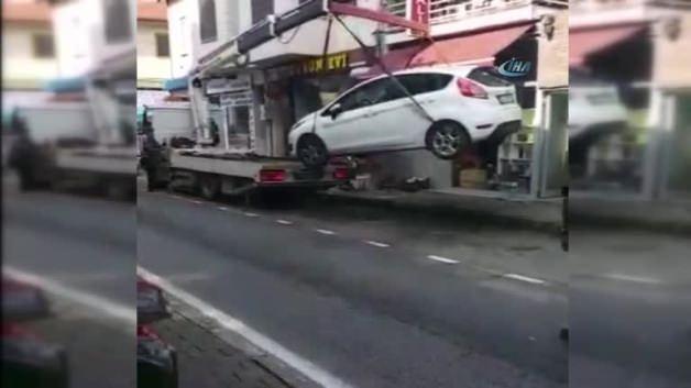 Halatı kopan çekici, arabayı böyle düşürdü