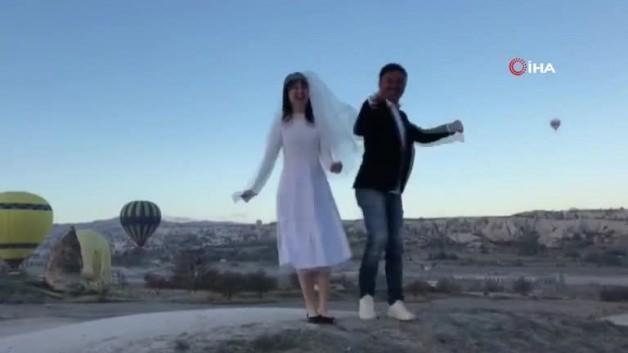 Çinli turistler 'Erik Dalı' oynayarak ısındı