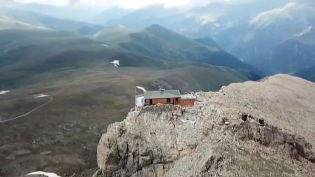 Dağın zirvesinde bir mescit