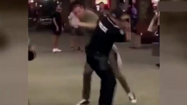 Genç adam polisi böyle yere yıktı