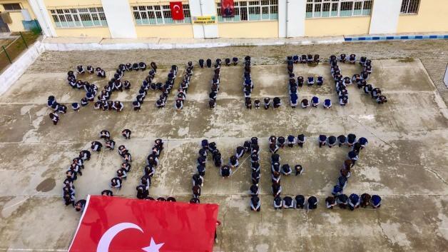 Lise öğrencilerinden 'Şehitler Ölmez' koreografisi