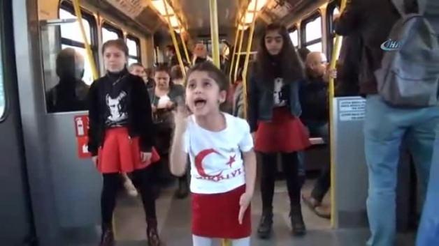Minikler metroda marş söyledi