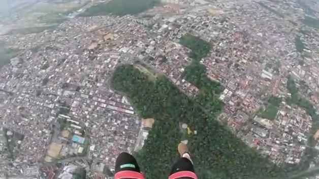 Paraşütçü evlerin arasına daldı!
