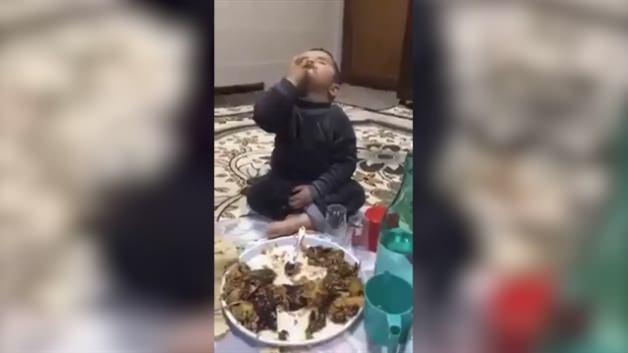 Sahurda uyuyarak yemek yiyen çocuk kahkahaya boğdu