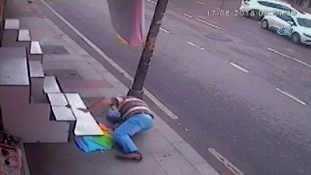 Şemsiyeyi almak isterken düşüp başını yardı