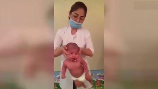 Şoke eden görüntü! El kadar bebeğe...