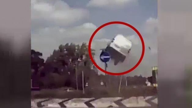 Virajı alamayan minibüs havada uçtu