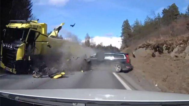 Volvo kafa kafaya çarpıştığı TIR'ı pert etti