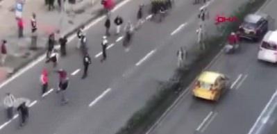 Polis kaykaylıya çarpınca göstericiler polisi böyle dövdü!