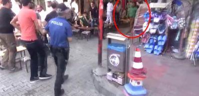 Polis müdahalesi öncesi eylemcinin polise demir tabure attığı an