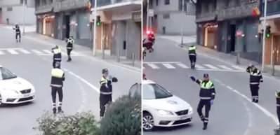 Polisler sokakta dans etmeye başladı