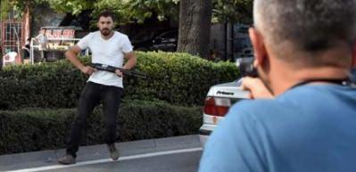 Pompalı tüfekle polislerin üzerine yürüdü