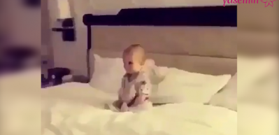 Pür dikkat çizgi film izleyen bebek